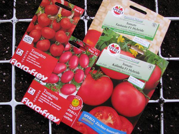 Verschiedene Tüten mit Tomatensamen